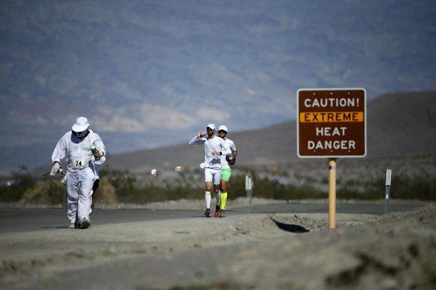 Jednoznačné sdělení na značce u silnice varující před extrémními teplotami v Death Vallye.