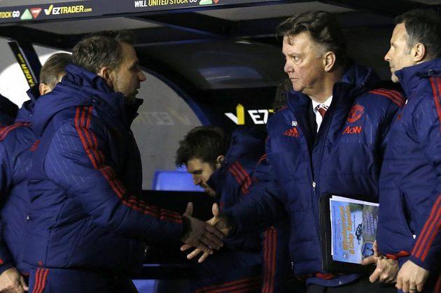 Trenér Manchesteru United Louis van Gaal (druhý zprava) po skončení utkání 5. kola FA Cupu se Shrewsbury.