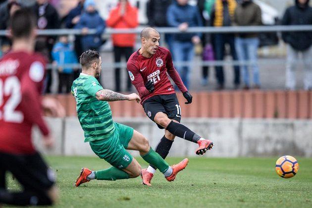 Tal Ben Chaim ze Sparty Praha střílí gól na 3:0 během přípravného utkání s Vltavínem.