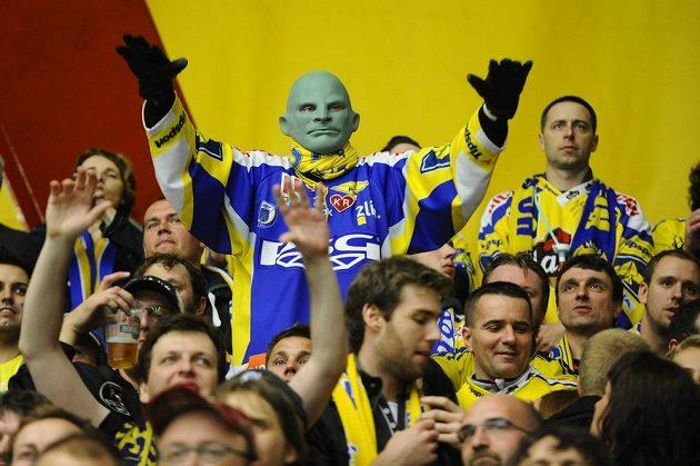 Zlínští fanoušci slaví. V hledišti i příznivec s maskou Fantomase.