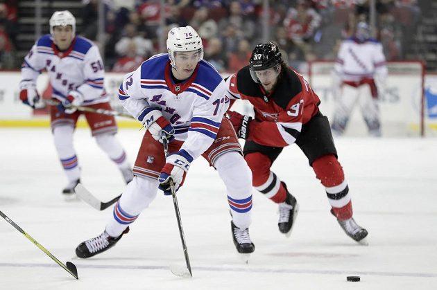 Češi v akci! Útočník New Yorku Rangers Filip Chytil (72) se snaží uniknout svému krajanovi, Pavlu Zachovi z New Jersey Devils během utkání NHL.