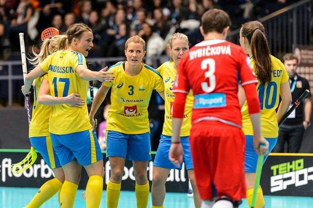 Veronika Rybičková přihlíží radosti švédských florbalistek.