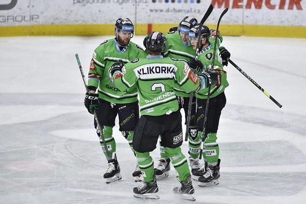 Hokejisté Mladé Boleslavi se radují z prvního gólu.