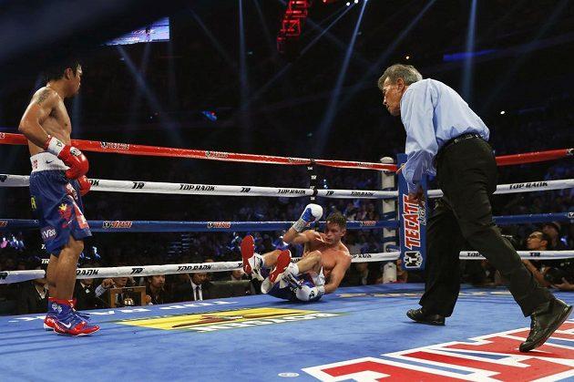 Američan Algieri končí na zemi a bude počítán. Tato situace se v duelu o titul mistra světa ve velterové váze organizace WBO stala hned šestkrát.