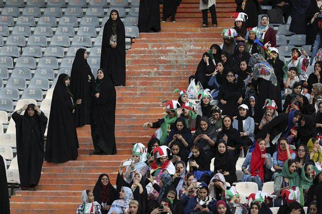 V Íránu směly po letech na fotbalový zápas přijít i ženy. Při zápase s Kambodžou je hlídaly policistky.