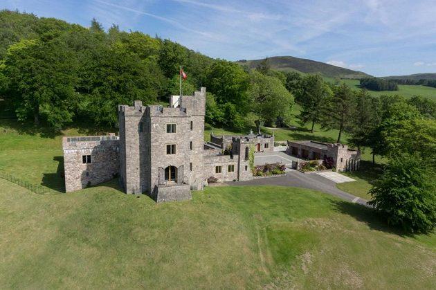 Hrad je zasazen v krásné a hlavně klidné přírodě.