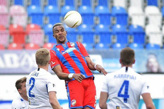 Plzeňský Jean-David Beauguel hlavičkuje obklopen hráči Liberce.
