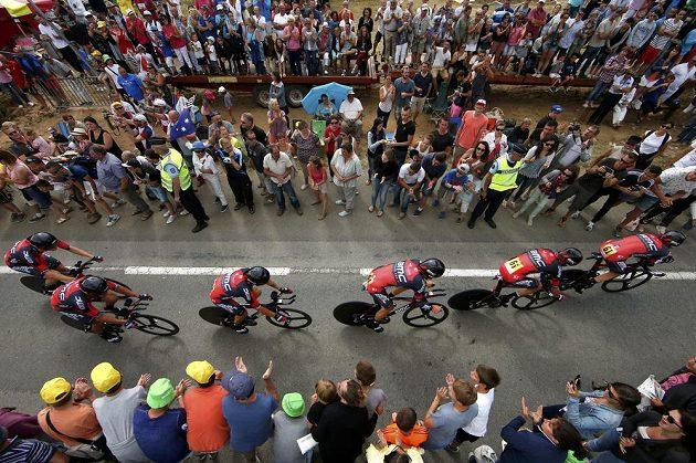 Jezdci stáje BMC při týmové časovce na Tour de France.