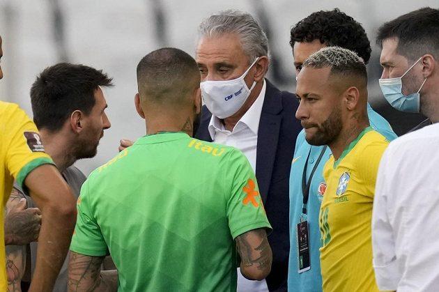 Argentiec Lionel Messi a Brazilec Neymar diskutují poté, co se nedohrál nedělní zápas kvalifikace mistrovství světa v Sao Paulu. Brazilská policie začala vyšetřovat čtveřici argentinských fotbalistů.