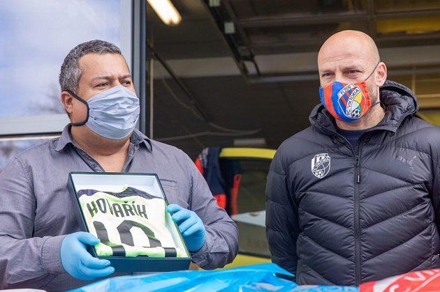 Trenér fotbalové Plzně Adrian Guľa (vpravo) během předávání dresů hráčů Viktorie plzeňským záchranářům.