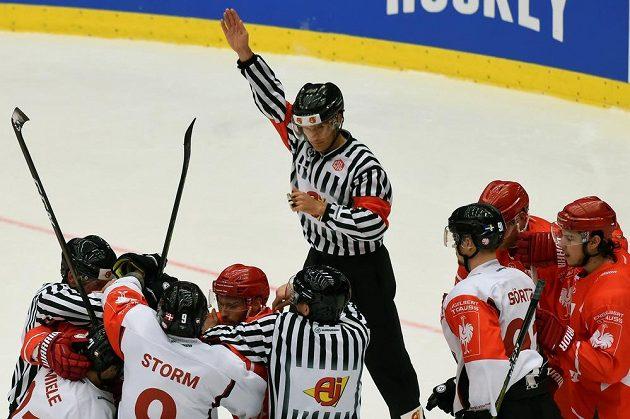 Potyčka před třineckou brankou. Domácí hráči se do sebe pustili s hokejisty Malmö v odvetném osmifinále Ligy mistrů.