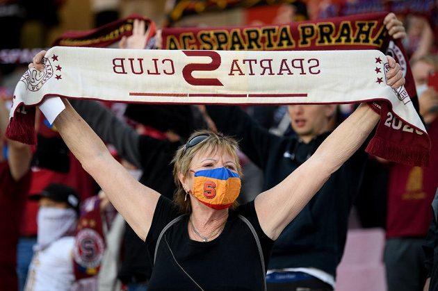 Fanynka v roušce během utkání Sparta - Zlín.
