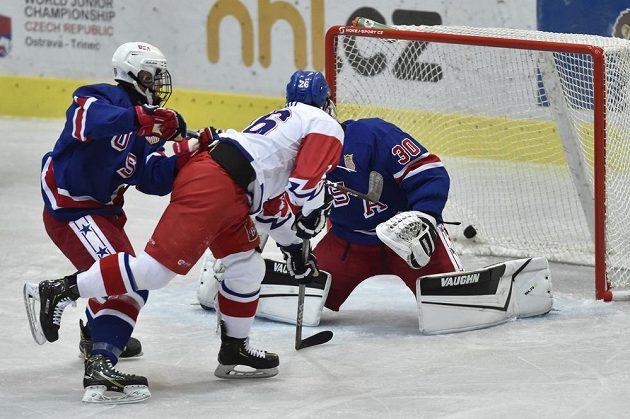 Brankář USA Colin Purcell inkasuje gól. Uprostřed je autor gólu kapitán Michal Gut z České republiky a vlevo Evan Bushy z USA. Vše během Hlinka Gretzky Cup hokejistů do 18 let.