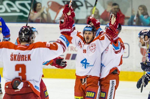 František Skladaný z Olomouce se raduje se spoluhráči ze vstřeleného gólu.