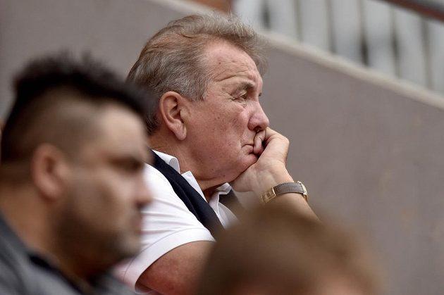 Dušan Uhrin starší sleduje ligové utkání mezi Slavií a Libercem.