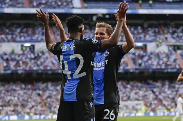 Radost v podání fotbalistů FC Bruggy na hřišti Realu Madrid během utkání Ligy mistrů. Emmanuel Dennis (vlevo) slaví se svými spoluhráči.