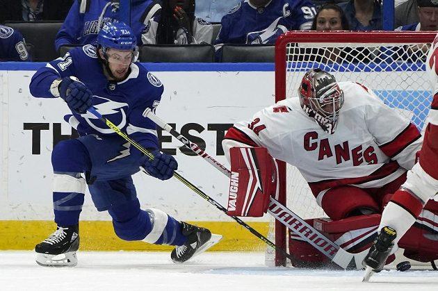 Útočník Tampy Bay Lightning Anthony Cirelli (71) se marně pokouší vyzrát na českého gólmana Petra Mrázka v utkání play off NHL.