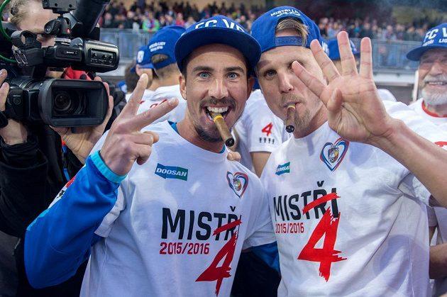 Fotbalisté Viktorie Plzeň Milan Petržela (vlevo) a David Limberský oslavují zisk titulu.