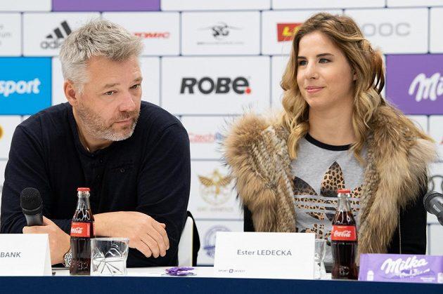 Tomáš Bank a Ester Ledecká během tiskové konference v Praze.