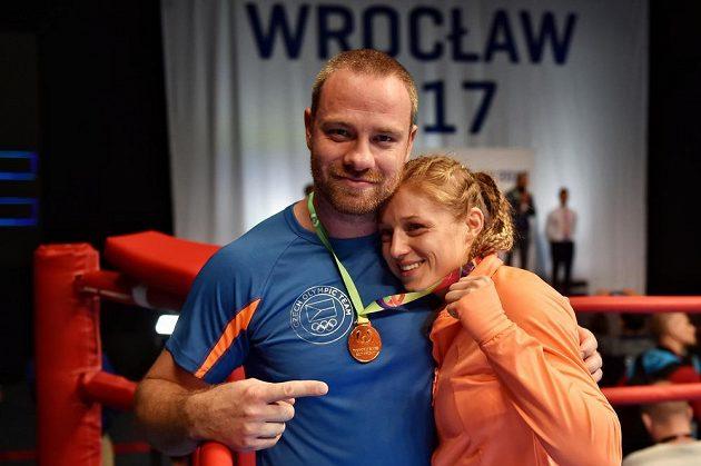 Kickboxerka Sandra Mašková získala zlatou medaili ve finále kategorie do 56 kilogramů. Na snímku s trenérem Aloisem Škeříkem.