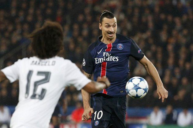 Zlatan Ibrahimovic z Paris St. Germain se snaží vyzrát na Marcela z Realu.