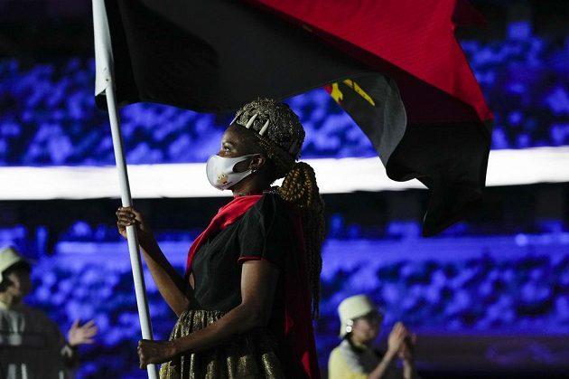 Angloská vlajkonoška nastupuje na Olympijský stadion během zahajovacího ceremoniálu LOH 2021 v Tokiu.