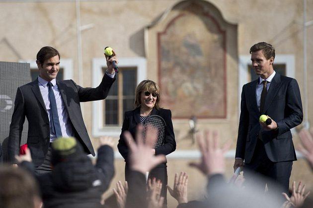 Tenisté Roger Federer ze Švýcarska (vlevo) a Tomáš Berdych (vpravo) se setkali na Staroměstském náměstí v Praze se svými fanoušky. Uprostřed je pražská primátorka Adriana Krnáčová.