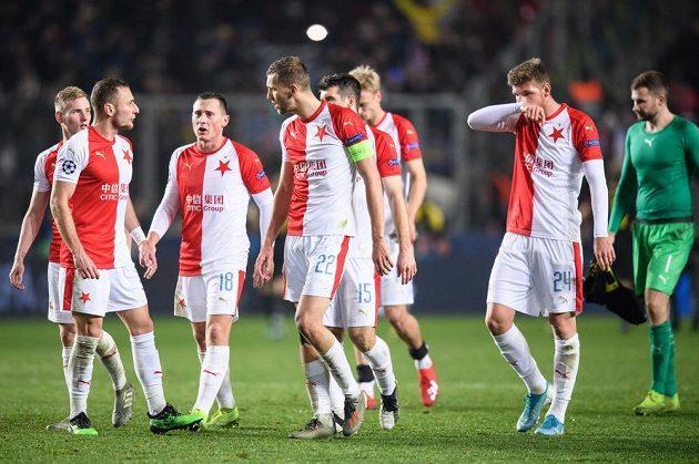 Fotbalisté Slavie Praha Vladimír Coufal a Tomáš Souček diskutují po utkání základní skupiny Ligy mistrů s Interem Milán.
