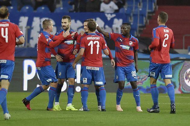 Plzeňští fotbalisté se radují z gólu na hřišti Baníku Ostrava v nejvyšší soutěži.