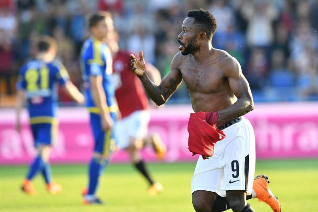 Guélor Kanga slaví poté, co vstřelil vítězný gól Sparty v utkání s Jihlavou.