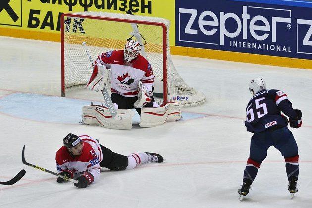 Američan David Warsofsky (vpravo) střílí druhý gól USA v semifinále s Kanadou.