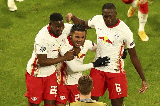 Justin Kluivert z Lipska (uprostřed) oslavuje se spoluhráči gól proti Manchesteru United.