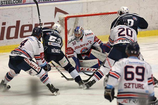 Závar před brankou vítkovického Patrika Bartošáka v utkání hokejové extraligy s Plzní.