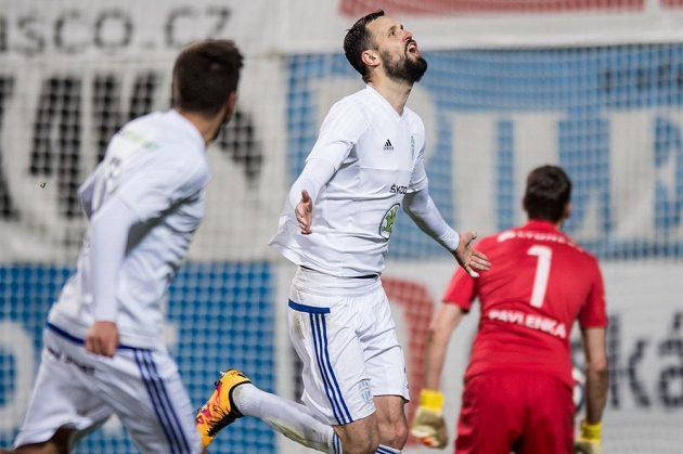 Lukáš Magera z Mladé Boleslavi oslavuje proměněnou penaltu proti Slavii.