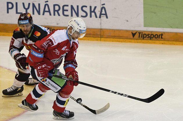 Útočník hokejové Sparty Jan Buchtele a Patrik Poulíček z Pardubic.