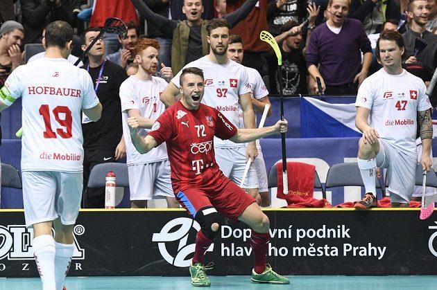Český reprezentant Adam Delong se raduje ze svého druhého gólu. Dále na snímku jsou (zleva) Matthias Hofbauer, Luca Graf a Kevin Berry ze Švýcarska.