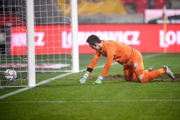 Brankář Karlových Varů Jiří Chára po osmém inkasovaném gólu v utkání osmifinále MOL Cupu se Slavií.