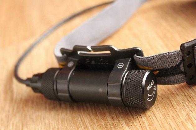Čelovka Fenix HP 12 - detail bateriového pouzdra.
