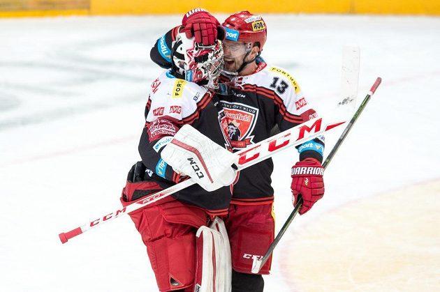 Brankář Hradce Králové Ondřej Kacetl a Martin Štajnoch oslavují vítězství na ledě Sparty.
