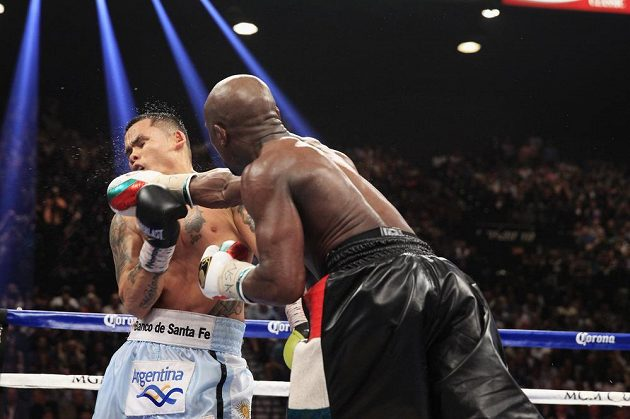 Argentinský boxer Marcos Maidana inkasuje tvrdý úder od Floyda Mayweathera.