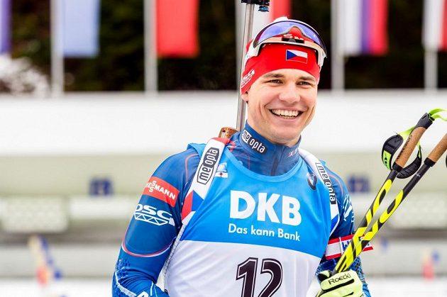 Rozesmátý Michal Krčmář před stíhacím závodem mužů v německém Ruhpoldingu.