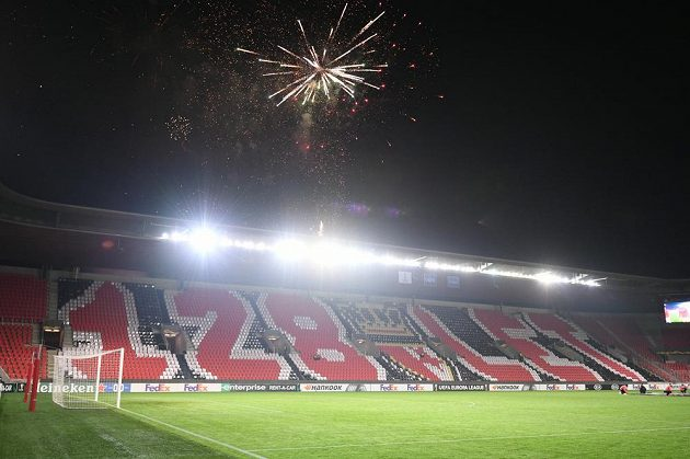 Fotbalisty přivítal ohňostroj fanoušků za stadionem