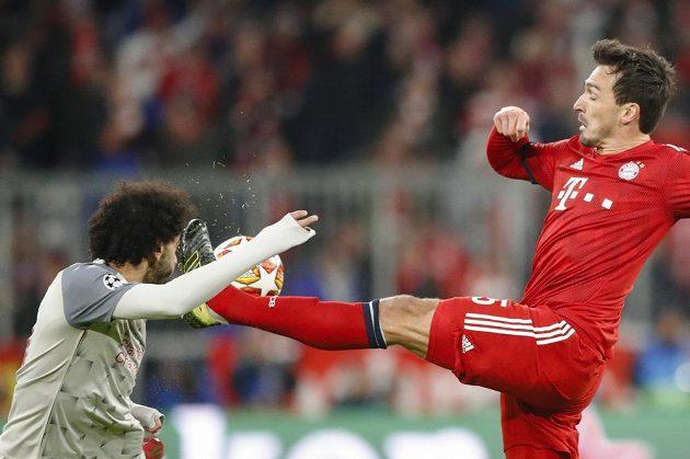 Liverpoolský útočník Mohamed Salah čelil ostrému ataku obránce Bayernu Matse Hummelse v utkání Ligy mistrů.