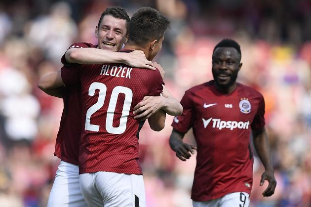 Ondřej Zahustel (vlevo) se spoluhráči ze Sparty se raduje z gólu.