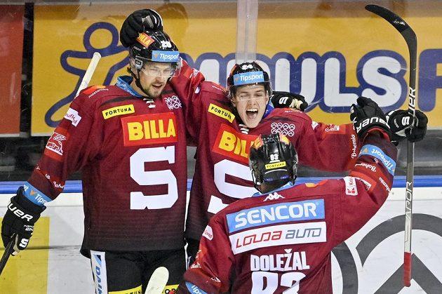Jakub Konečný ze Sparty (vpravo) se raduje z gólu. Vlevo je Tomáš Dvořák ze Sparty.