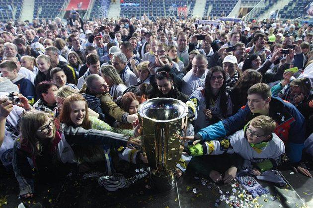 Liberečtí fanoušci s pohárem pro mistra hokejové extraligy.
