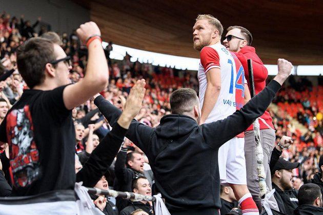 Mick van Buren během děkovačky s fanoušky po utkání s Olomoucí.
