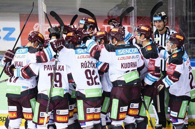 Hokejisté Sparty oslavují vítězný gól na 7:6 během utkání 1. kola Tipsport extraligy s Plzní.