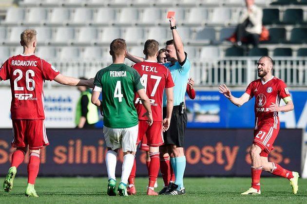 Jiří Texl (zády s číslem 47) z Olomouce dostává červenou kartu od hlavního rozhodčího Pavla Orla.