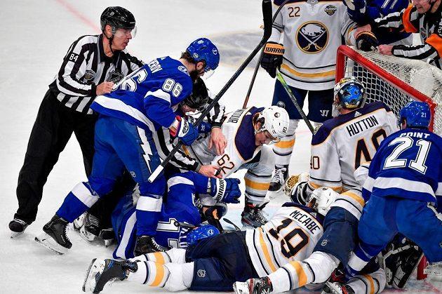 Rvačka hokejistů Tampy a Buffala v utkání NHL ve Stockholmu.